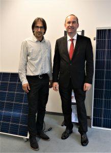 """""""Vorstand des Solarverbands-Bayern bei persönlichem Gespräch mit Minister Aiwanger bei Alpha-Solar in Hallbergmoos"""" – Foto © StMWi/E. Neureuther"""